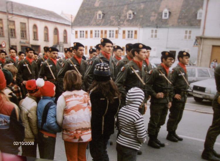 Posing devant groupies 1981 - 57E REGIMENT D ARTILLERIE